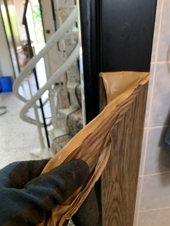 Folie von einer Türzarge entfernen