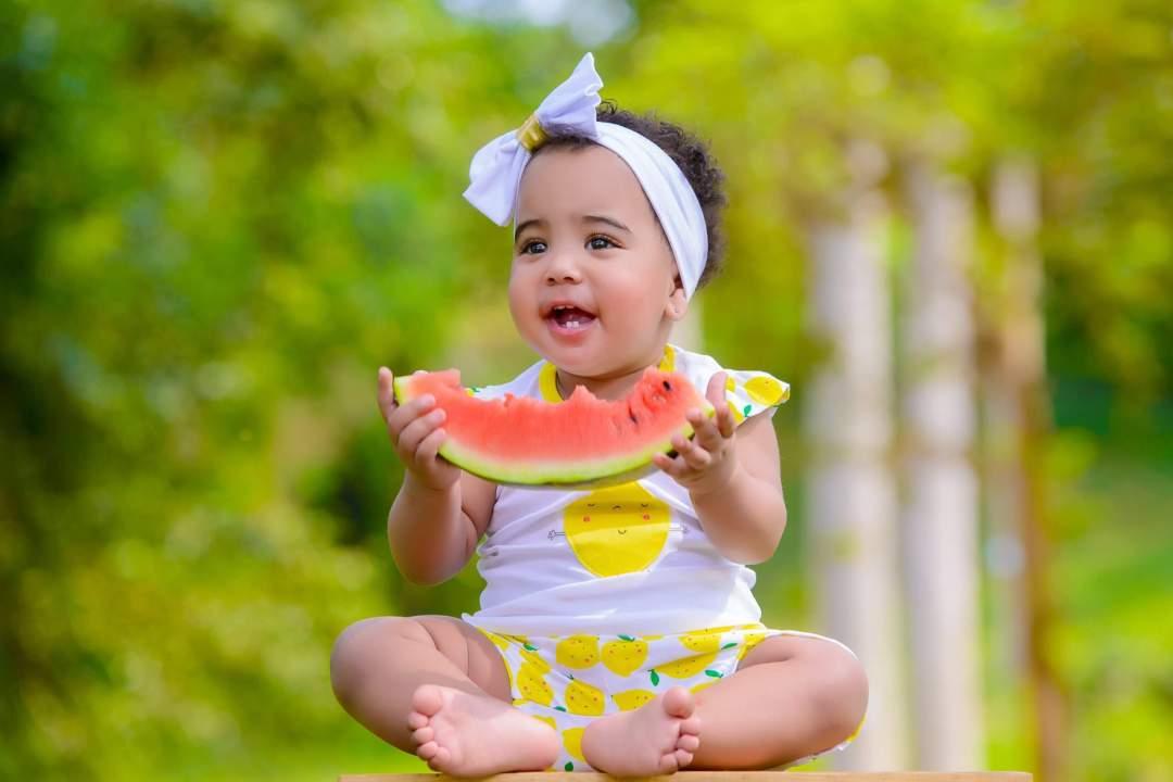 Bebis äter själv