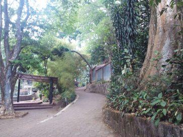 Jalan di dalam Kebun Bintang Bandung
