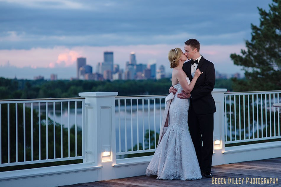 couple outside Minikahda Club wedding minneapolis couple at night with skyline