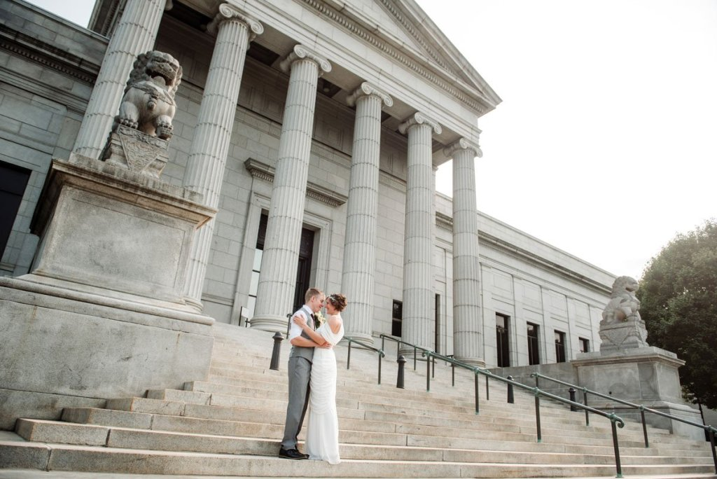 couple on steps of Minneapolis Institute of Art