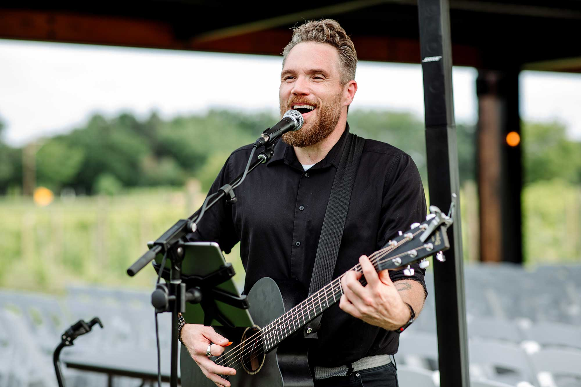 musician Nate Amor performs during ceremony and cocktail hour at 7 vines vinyard wedding mn