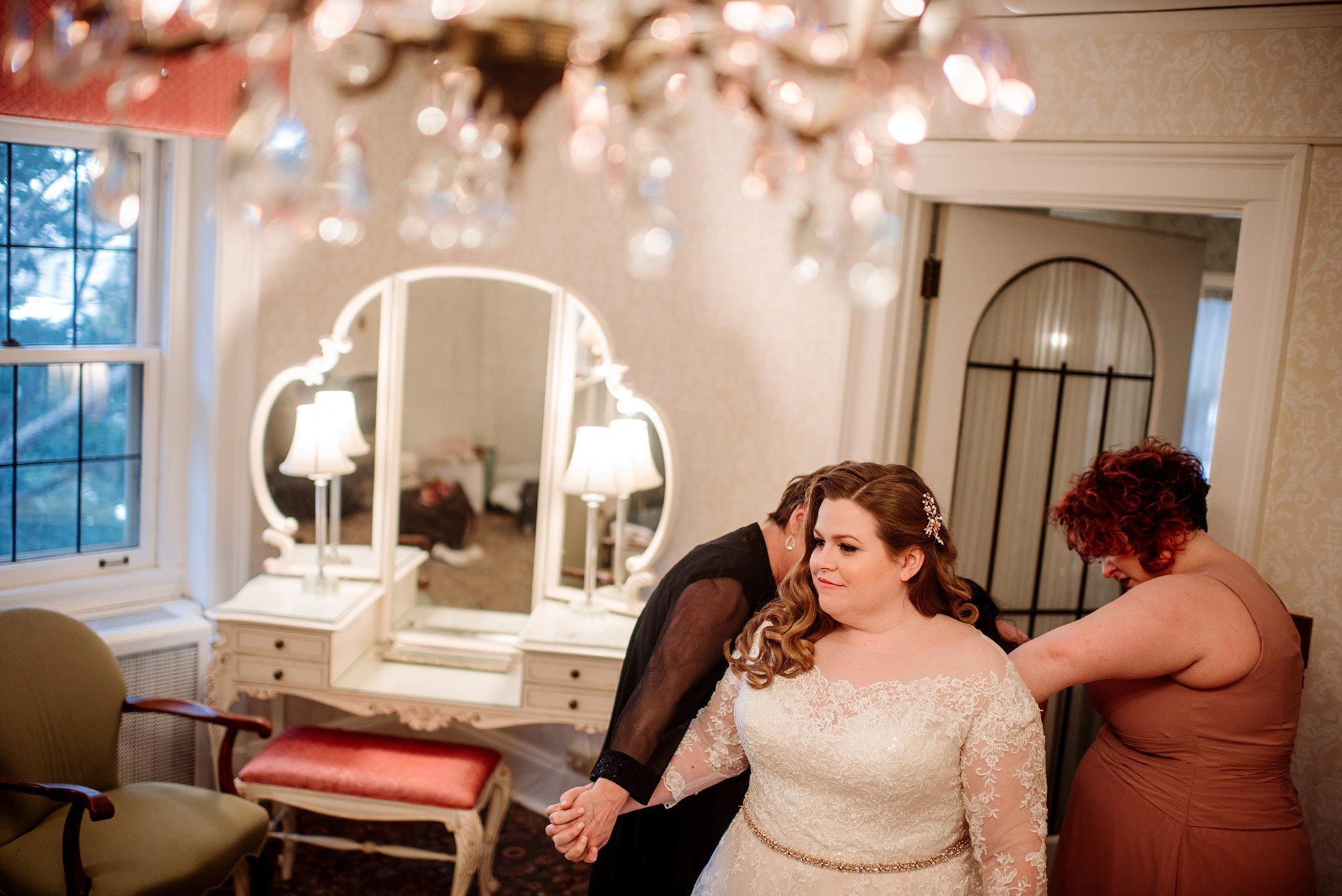 bride getting ready at st paul college club wedding mn