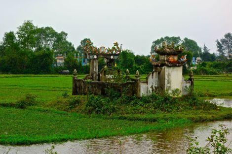 Gravplats. Många finns längs vägarna och de flesta är större än mindre tempel.