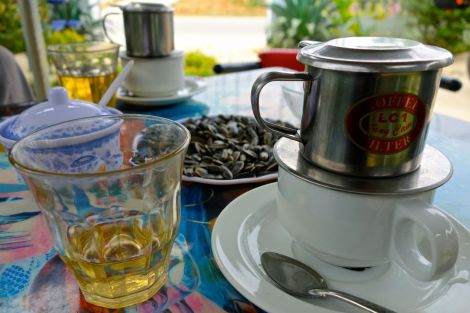"""Kaffe i Vietnam är en dröm. Oftast serveras det med en egen liten """"bryggare"""". Sött, starkt, fylligt."""