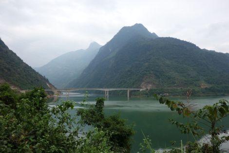 Nybyggd bro över en stooor artificiell sjö. Vad som händer när en damm byggs.