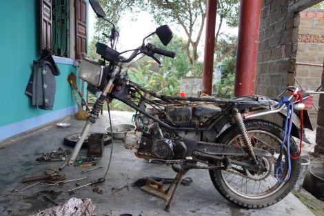 Min Clyde utan sadel, bensintank, framhjul och ena framgaffeln. Naken, enkel, lätt att sätta ihop - också på en veranda längs en landsväg.