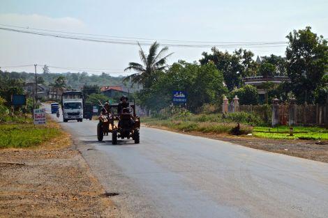 """Här är en tråkig del av trafiken. En långsam (men snäll) traktor och flera lastbilar. Det gäller att komma ihåg trafikregeln """"det finns inga trafikregler""""."""