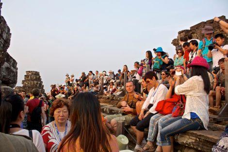 Raden av människor längs templets ena sida. Då ser många av dem ändå nästan ingenting på grund av tornen.