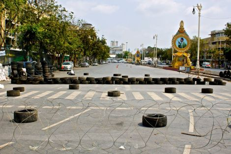 Improviserad vägspärr vid Democracy Monument