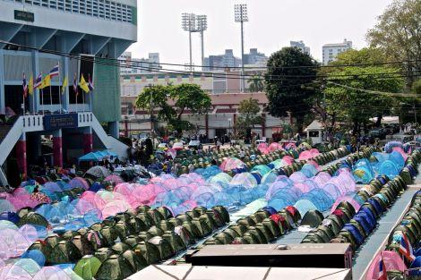 Utanför Nationalarenan står rad efter rad med sprillans nya tält. Mer eller mindre tillfälliga hem för många i motståndsrörelsen.