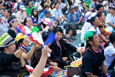 Folkmassan under ett tal. Det applåderas, visslas och hurras.