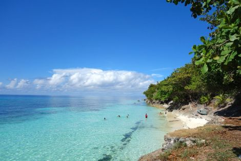 Hemlig strand bland vulkanstensklipporna på Panglao.