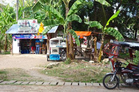 Typiskt utsnitt längs vägen på Siquijor. En liten butik, några moppar.