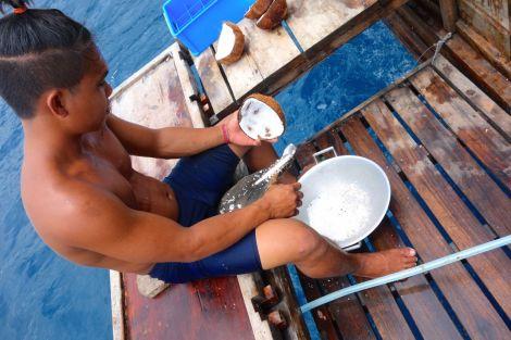 Matlagning deluxe. De tog hand om färska bläckfiskar, bakade pitabröd och pannkakor och pressade egen kokosmjölk. Fantastiskt!