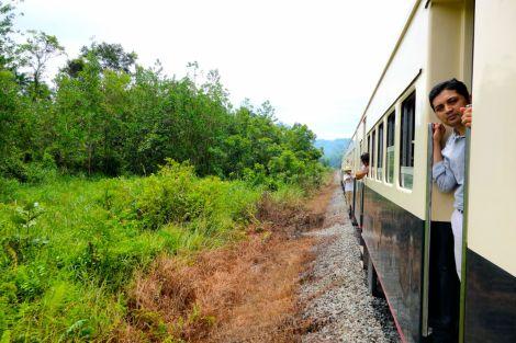 Tittut! Det är öppet mellan vagnarna och fönstren behöver inte stängas. Som i gamla dagar! Tåget kränger, sjunger, knycker, lutar, rycker och dunsar. Så som tåg gjorde förr.