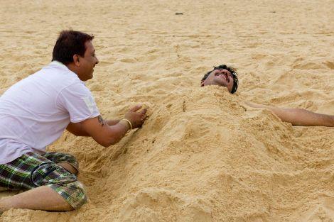 Vem säger att vuxna inte får busa i sanden?