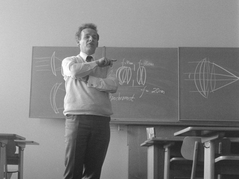 Lærer i et gammeldags klasseværelse