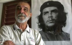 An August 8, 2000 photograph of Alberto Korda with his famous 1960 portrait of Che Guevara. AP Photo by Jose Luis Magana.