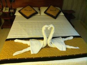 Towels like swans