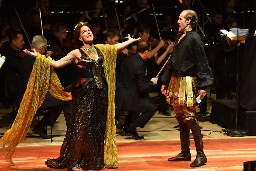 Janie Dee (Cleopatra) and Simon Paisley Day (Antony) © BBC | Mark Allan