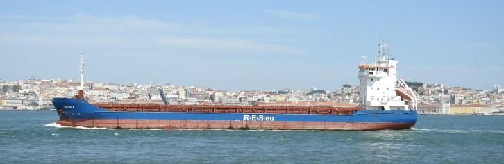 Passing traffic on Rio Tejo
