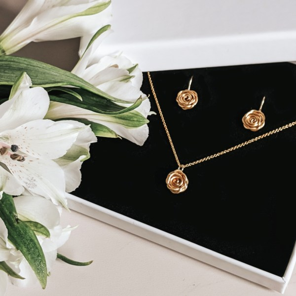 Choose feminine florals with our Rose Jewellery Gift Set in Gold