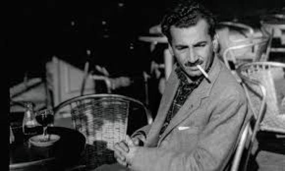 Jorge Amado, na década de 40, fumando. A foto está em preto e branco.