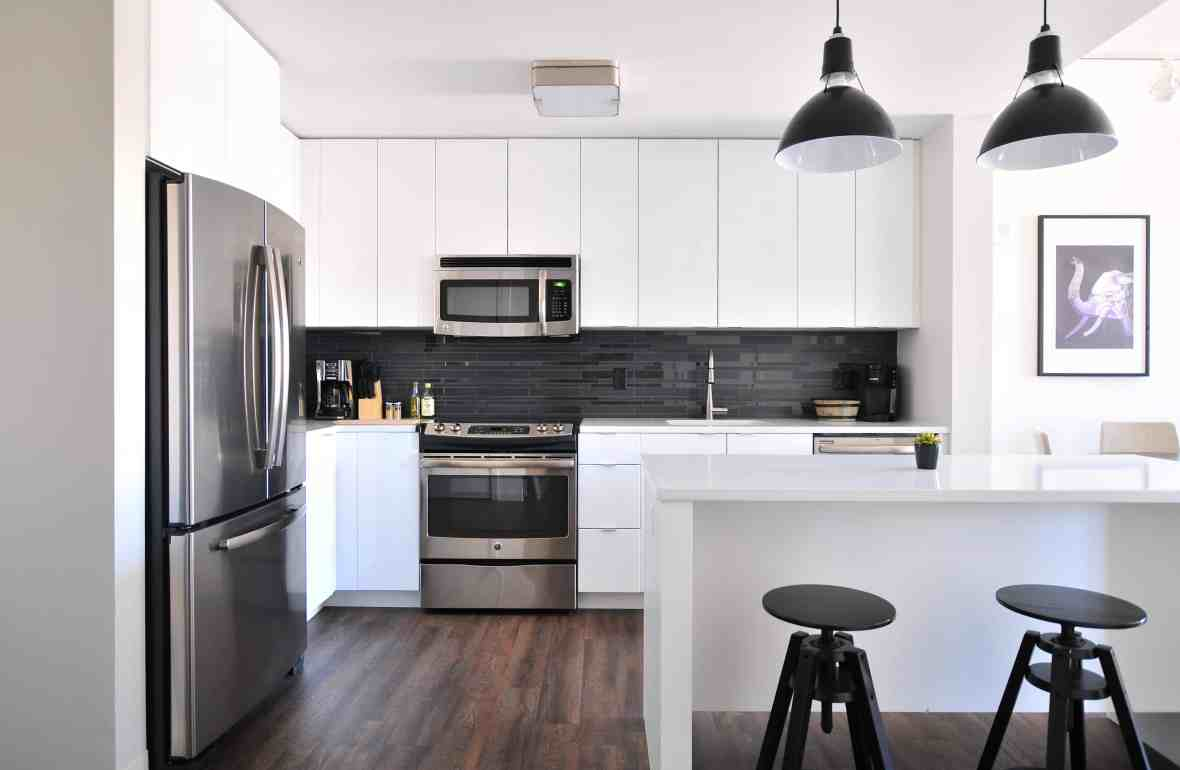 These are great ideas for a dream kitchen must-haves! I love all of the tips on how to do a kitchen remodel the right way. | kitchen appliance must haves | kitchen must-have gadgets | modern kitchen features | www.becominglifesmart.com