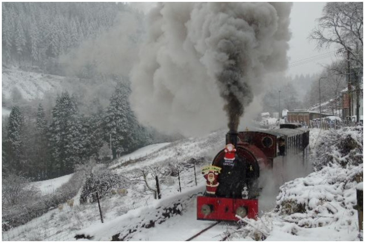 A Corris locomotive chugging through the snow.