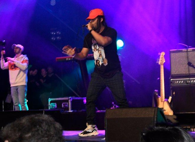 S'natra performing.