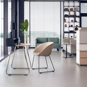 mobilier de bureau entreposé dans une pièce commune de la maison