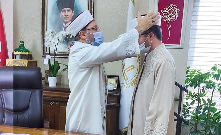 Müftü Başiş'e cübbe ve sarığını Başkan Erbaş giydirdi