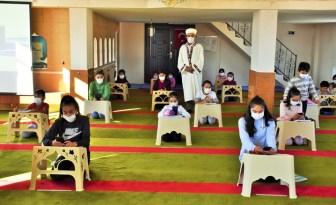 Öğrencilerin uzaktan eğitime katılabilmesi için camiyi dijital sınıfa dönüştürdü