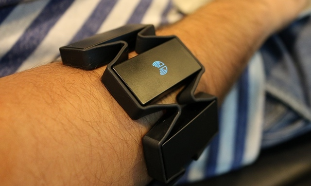 Myo gesture control armband review powered on image