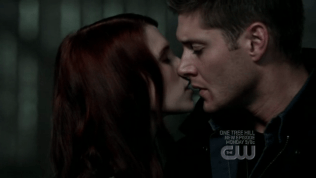Chị tranh thủ hôn Dean một cái.