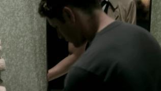 Sáng sớm thức đậy, vệ sinh cá nhân, bỗng dưng có bóng người xuất hiện sau lưng mình trên gương =)))