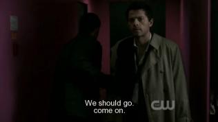 """Lúc này, em gái kia gọi bảo vệ tới. Dean vội kéo Cas chạy đi, """"Chúng ta nên đi thôi. Nhanh lên."""""""