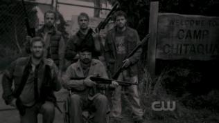 Dean đến nhà của Bobby và phát hiện ra tấm ảnh này.