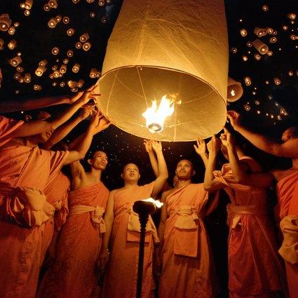 Festival Thai Yi Peng / Une magnifique constellation de lanternes en papier