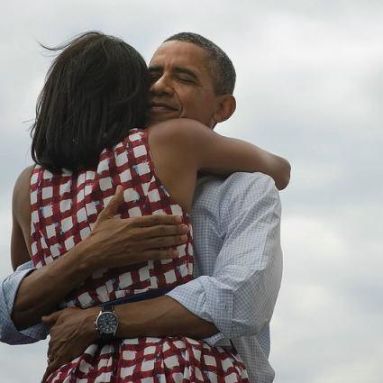 Obama qui enlace son épouse est devenue la photo la plus partagée de tous les temps