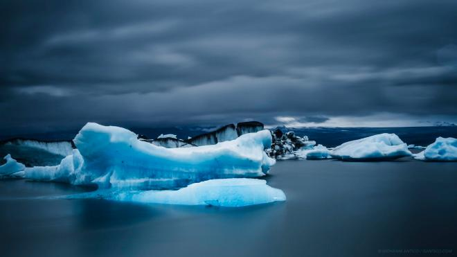 Icebergs dancing on the water