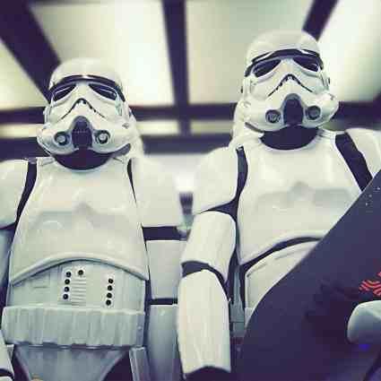 Des Stormtroopers font du skateboard
