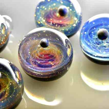 Une galaxie qui tient dans des pendentifs en verre / Satoshi Tomizu