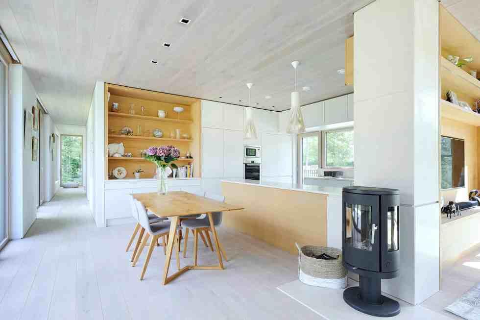 Une maison basse consommation dans une clairière / PAD Studio © Nigel Ridgen