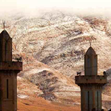 Chutes de neige féérique sur les dunes du Sahara