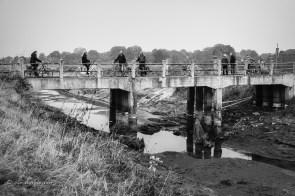 er is geregeld veel bekijks. het water is weg onder de oude hooibrug over de aa. het gekanaliseerde deel van de rivier verdwijnt onder zand.