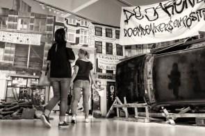 krakersrellen. geen woning, geen kroning. amsterdamse rellen in het hartje van den bosch. dit is de entree van de tentoonstelling 'de jaren tachtig, doemdenkers & positivo's' in het noordbrabants museum in den bosch.
