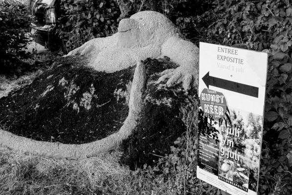een lemen mol - een gezamenlijk kunstwerk van de twaalf deelnemers - markeert de ingang van de tentoonstelling