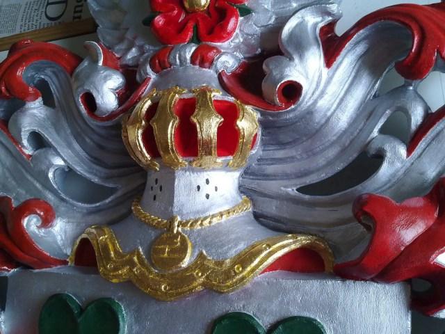 polychromeren, gepolychromeerd, wapensteen, wapenschild, familiewapen steen, helm